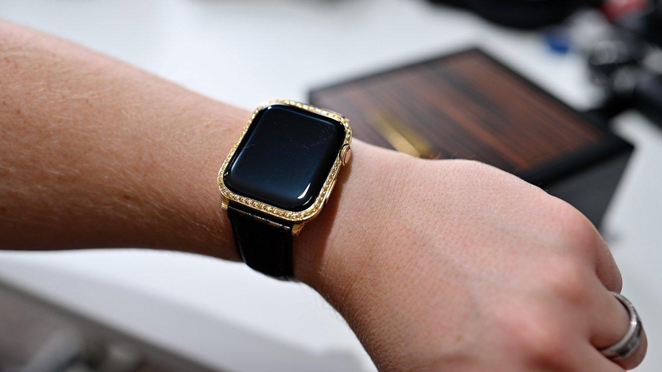 این ساعت مچی اپل که با طلا بسته بندی شده است اشاره کم لطفی به دیگران برای ثروت شما است.