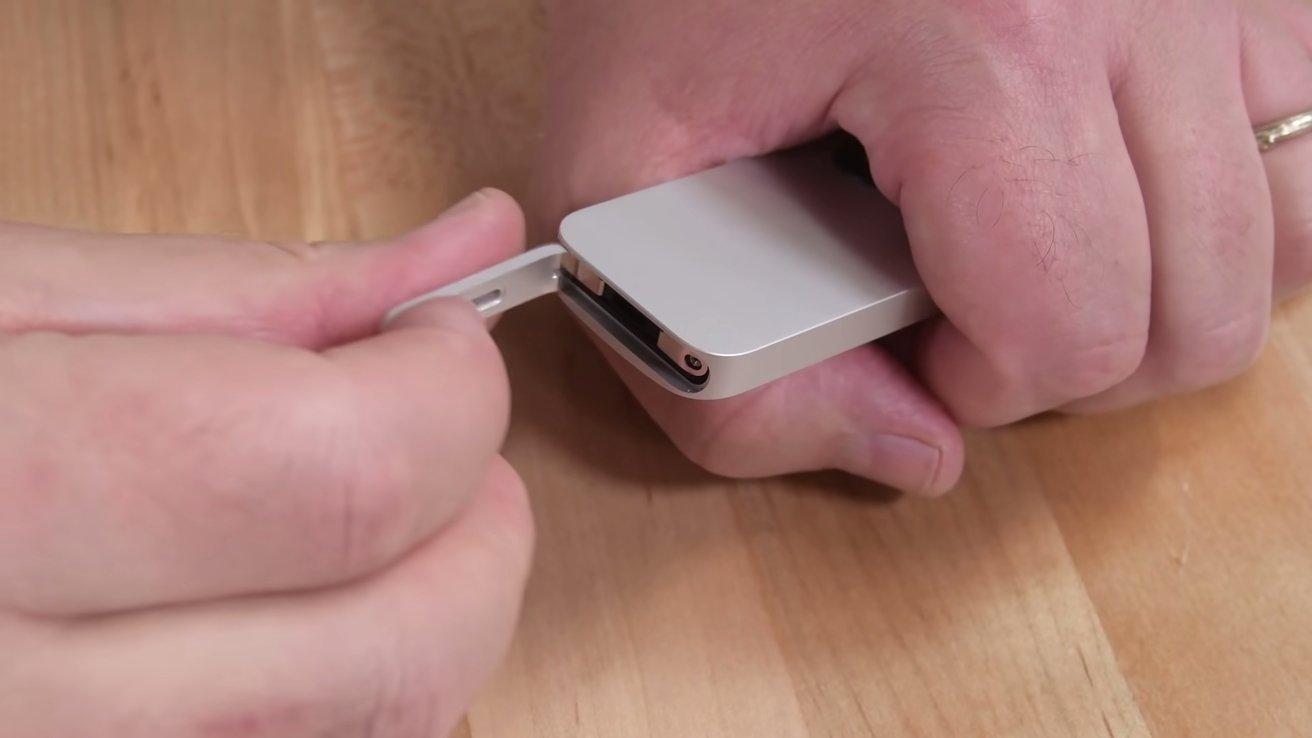 پایین را از کنترل از راه دور Siri خارج کنید.  برای حذف مادربرد و باتری هنوز باید دکمه ها را جدا کنید.  با مجوز از iFixit